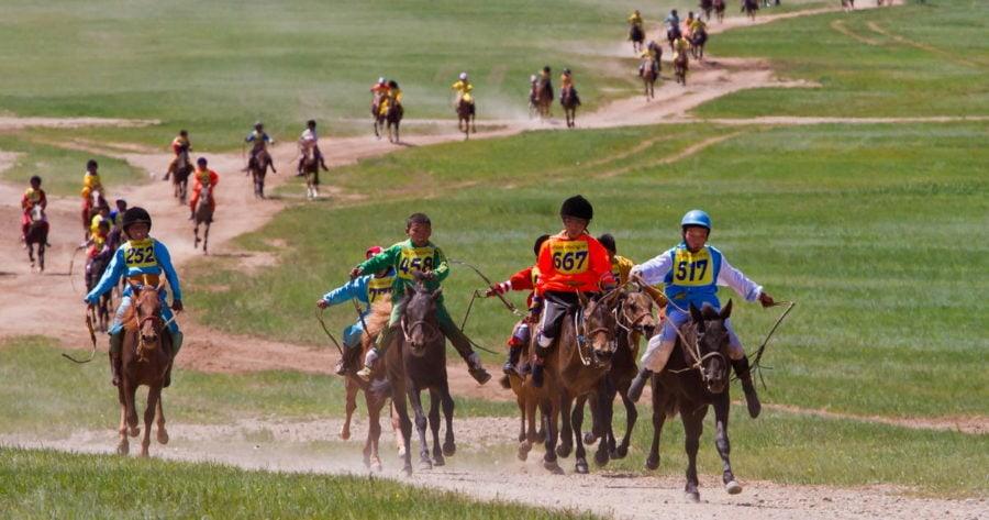 Das Pferderennen der Kinder zum Naadam-Fest in der Mongolei